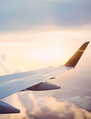 Vingen til et fly i luften